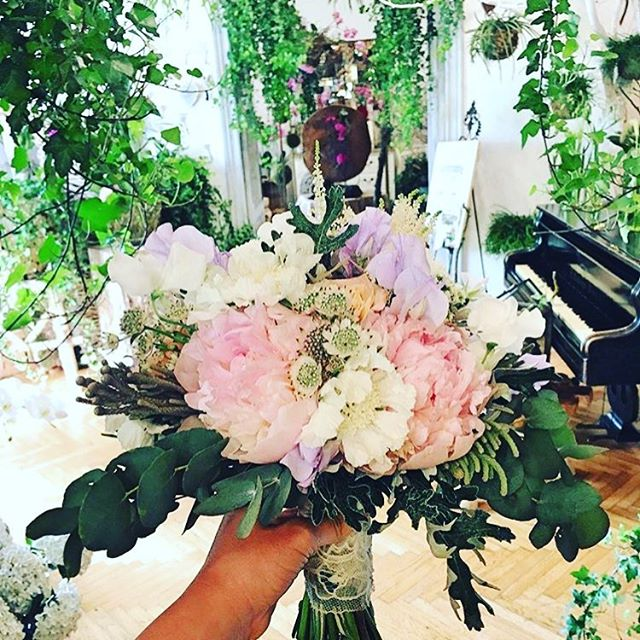 There's always room for flowers #mymegamall @atelierflorens . . . #flowers #flowerstagram #bouquet #bouquetofflowers #bouquetofroses #weddingbouquet #flowershop #sundayfunday #sundayvibes #sundays